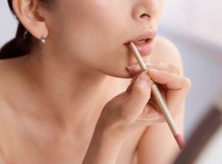 Kapatıcı + Dudak kalemi = Ruj  En sevdiğiniz dudak kaleminize uygun ruj bulamadınız mı? Dudak kaleminizi kapatıcınızla karıştırarak gerçek ruj efekti yaratabilirsiniz. Kapatıcınızı dudak kontüründen bir milim kadar taşacak şekilde sürün ve üzerine dudak kalemini geçin. İşte efsane olmaya aday dudaklar!